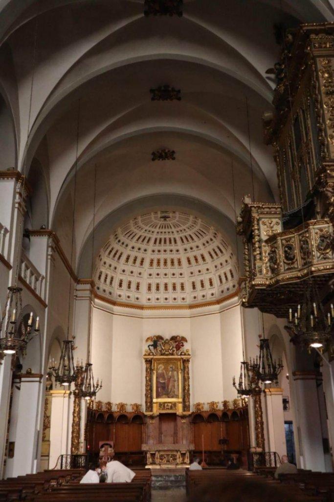 interior-iglesia-sitges